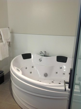 Wai Ora Lakeside Spa Resort: Jacuzzi in our first floor suite
