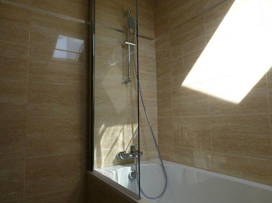 Hotel Pruly: salle de bain chambre Léonie
