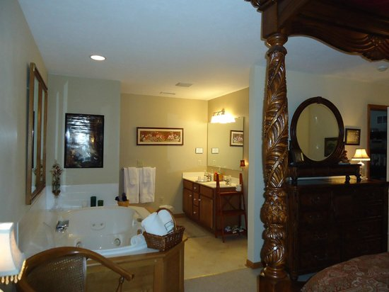 Fredonia, PA: Bath & Jacuzzi area in Julia's Waterfall Suite