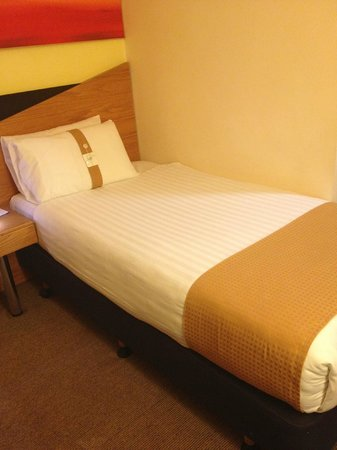 """Holiday Inn Express London - Victoria: """"Single"""" bed - clean but tiny"""