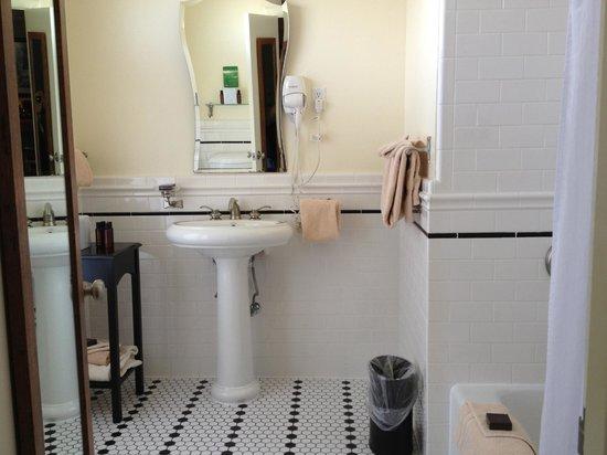 El Tovar Hotel: Tile bathroom -- Room 6465 (Deluxe King with Balcony)