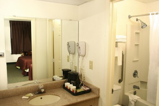 Super 8 Kingston: Bathroom Area