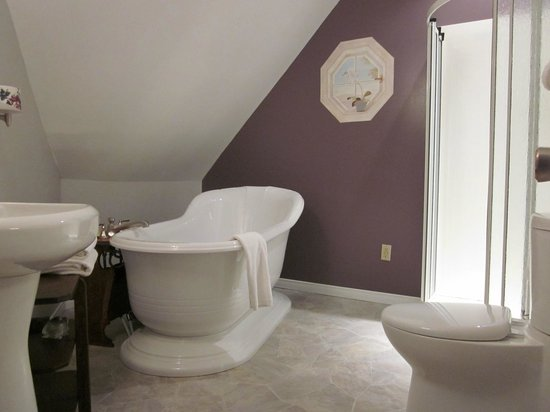 Sleepy Hollow Bed & Breakfast: The ensuite bathroom of Camelot with Soaker Tub
