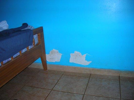 POP Hostel Garden: Desconches por donde salió el agua