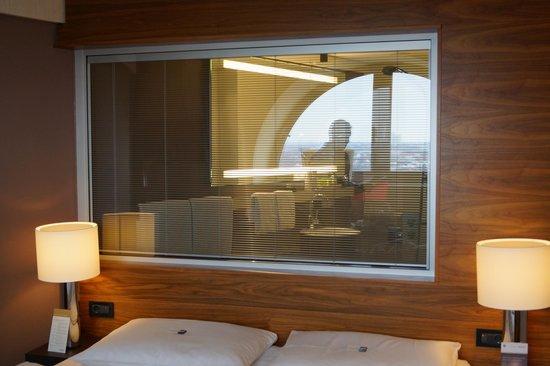 Movenpick Hotel Hamburg: Zimmer Mit Blick In Das Badezimmer