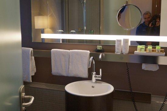 Movenpick Hotel Hamburg: Badezimmer