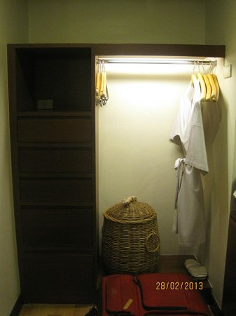 Chateau de Bangkok: Walk in wardrobe area