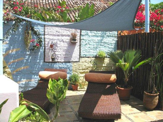 Hostal El Momento: Sun Loungers inside