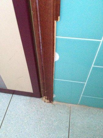 Hotel Dujany: Un dettaglio della porta rovinata