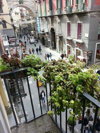 ApartHotel Plebiscito : balconcino su via chiaia