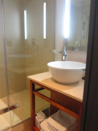 The Cavendish London: Simple bathrooms but well kept by staff, everyday - great service