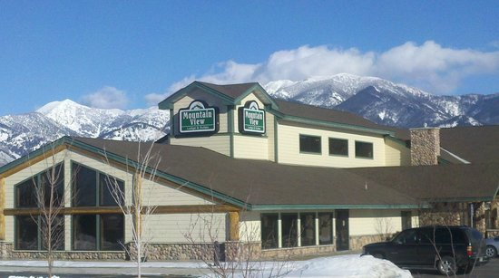 MountainView Lodge & Suites: Bridger Mountain in Back ground