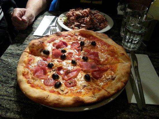 La Porchetta Pollo Bar: Pizza 4 Estaciones y Ensalada de atun