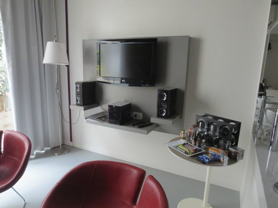 "Own Palermo Hollywood: TV and ""minibar"" table"