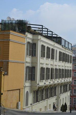 Tomtom Suites: Hotel facade and top floor terrace (lefthand half)