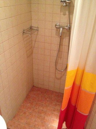 Hotel Vera: Shower