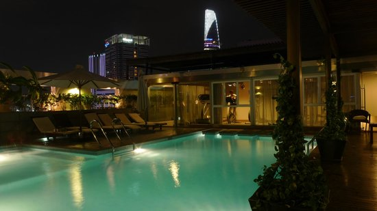 Liberty Central Saigon Centre Hotel: roof top swimming pool