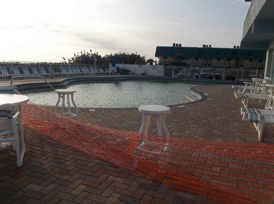 Coconut Palms Beach Resort II : pool closed all of Spring Break