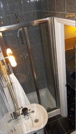 St George Hotel: Baño de habitación para uno