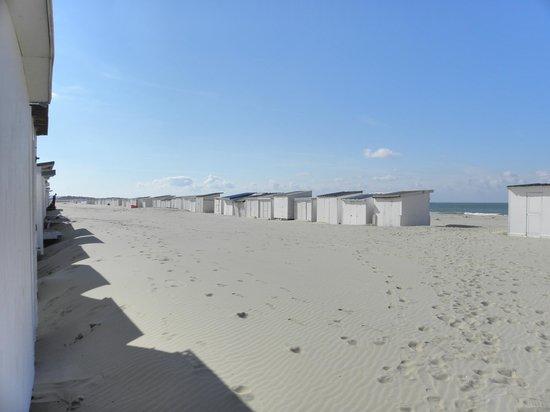 Calais Beach: plage de Calais..ses cabanons