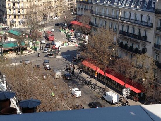 Renaissance Paris Arc de Triomphe Hotel: Busy intersection, great view from balcony!