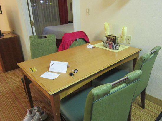 Residence Inn Lexington South/Hamburg Place: kitchen table & chairs