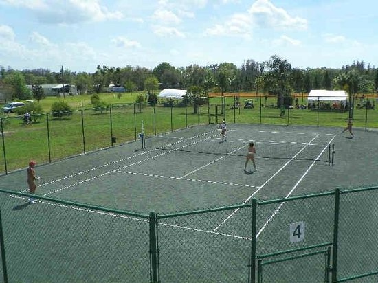 Lake Como Family Nudist Resort: 5 clay tennis courts