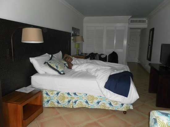 Coconut Bay Beach Resort & Spa: Darkish room