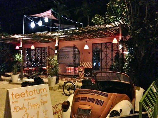 Teetotum Hotel: Nighttime at Teetotum