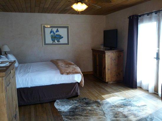 The Maverick Inn: Wood on ceiling!  cool!