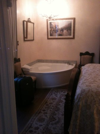 Southern Wind Inn: Hot tub in room