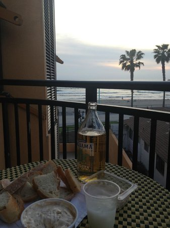 Ocean Park Inn: a great way to enjoy the sun set sitting on our balcony 3rd story