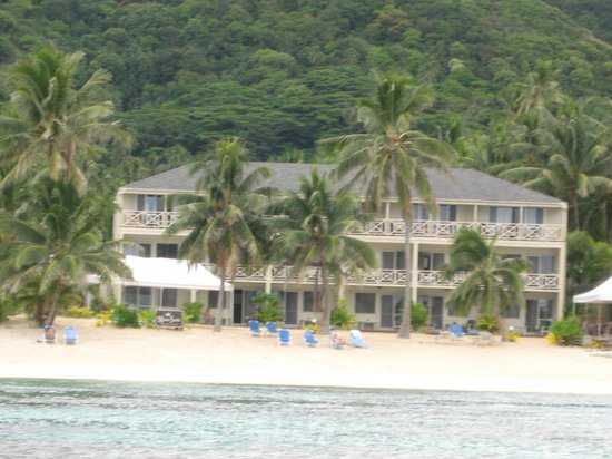 Moana Sands Beachfront Hotel & Villas: The hotel from the lagoon