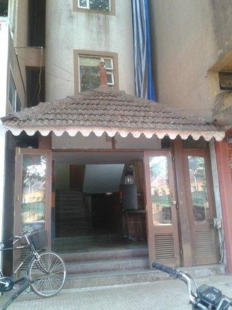 Paradise Inn : entrance very unlikely like the pics of hotel on web.shabby