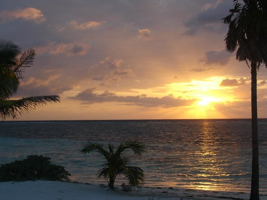 Blackbird Caye Resort: Sunrise from our front porch