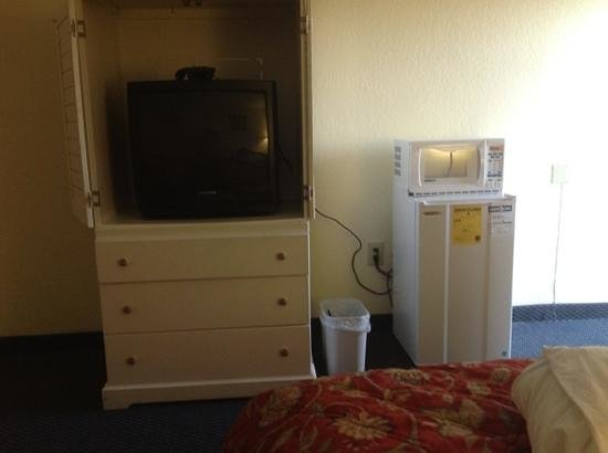 Ramada Orlando Downtown: older tv