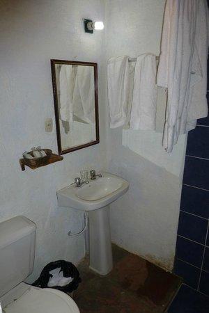 Hotel Jardines de Uyuni: Salle de bain minuscule dotée d'un matériel de qualité inférieure !
