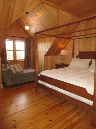 Fiddler Lake Resort: Bear model - master bedroom
