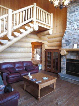 Fiddler Lake Resort: Bear model - living room