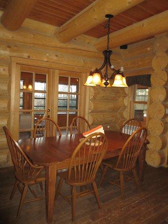 Fiddler Lake Resort: Bear model - dining room