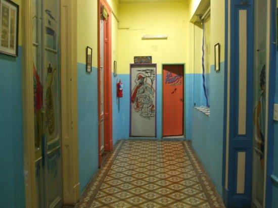 Ayres Portenos Hostel: portas e corredores