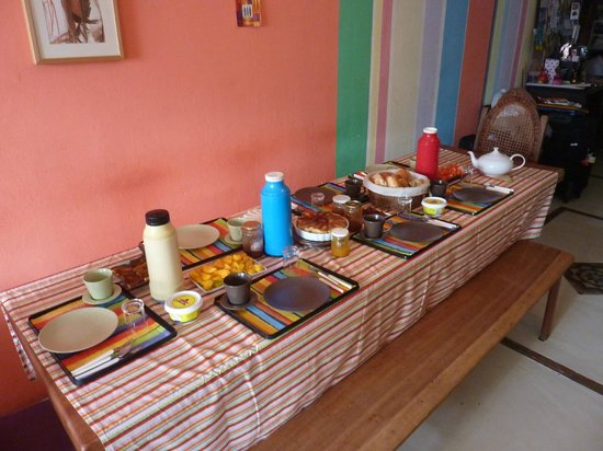 Pousada Esmeralda: table ready for breakfast