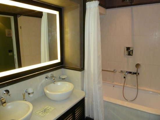 San Firenze Suites & Spa: bathroom