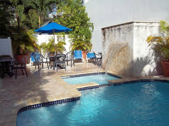 Le Consulat, Ascend Collection Hotel: Pool area, small but cute.