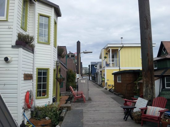 The Fish Store at Fisherman's Wharf: Floater homes on the dock
