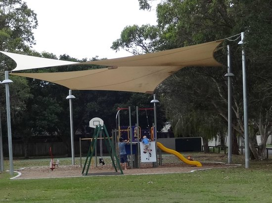 Wolngarin Holiday Resort Noosa: Playground just opposite the resort across the road