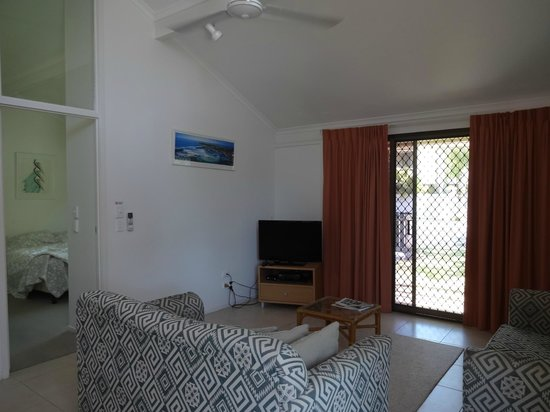 Wolngarin Holiday Resort Noosa : Nice cozy living room, there is a DVD player..