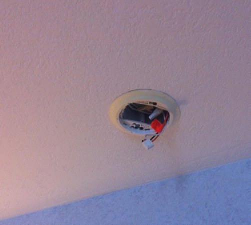 Crown Choice Inn & Suites Lakeview & Waterpark: The wires are there, but, no smoke alarm.
