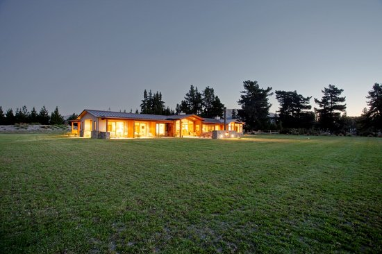 Wanaka Haven: Lodge by night
