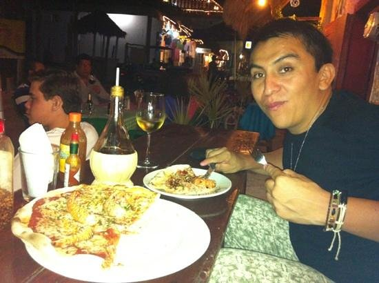 Cariocas Pizzas Holbox: pizza de langosta y una copa de vino